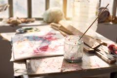 Brocha y paleta finas en taller del arte Imagen de archivo libre de regalías