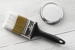 Brocha y pintura blanca Foto de archivo