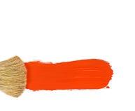Brocha y pintura roja aisladas en blanco Imagen de archivo libre de regalías