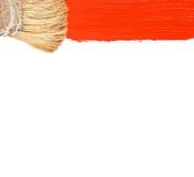 Brocha y pintura roja aisladas en blanco Fotos de archivo libres de regalías