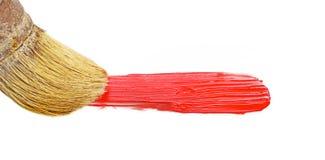 Brocha y pintura roja aisladas en blanco Fotos de archivo