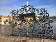 brocharles tjeckisk prague republik Dekorativt galler var St John av Nepomuk kastades in i floden royaltyfria bilder