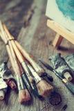 Brochas artísticas, tubos de la pintura de aceite, cuchillo de paleta y eas imagen de archivo