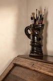 Brochas de los artistas en jarro de la cerámica imagen de archivo libre de regalías