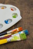 Brochas del arte y paleta de la pintura Imagen de archivo libre de regalías