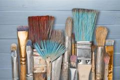 Brochas del artista y latas de la pintura Foto de archivo libre de regalías