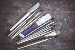Brochas en la tabla de madera Foto de archivo libre de regalías