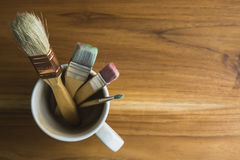 Brochas en una taza de café foto de archivo