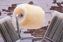 Brochas para uso general del corte plano y rodillo de alta densidad del ajuste de la tela del punto con el cap?tulo en la madera foto de archivo libre de regalías