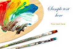 Brochas y colores en la paleta Fotos de archivo libres de regalías