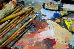 Brochas y paleta del artista en fondo fotos de archivo libres de regalías