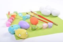 Brochas y pinturas para colorear los huevos de madera Fotos de archivo libres de regalías