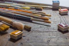 Brochas y watercolours o acuarelas Imágenes de archivo libres de regalías