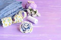 Broche azul de la flor hecha de vaqueros viejos, de cordón y de estambres artificiales Foto de archivo libre de regalías