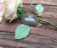 Broche da ágata com uma flor da rosa Imagem de Stock Royalty Free
