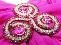 Broche de bijoux avec le fond de satin et de soie Images stock