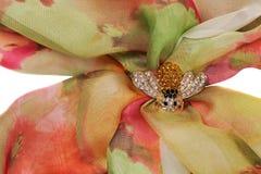 Broche de la abeja con las piedras en una bufanda de seda Fotografía de archivo