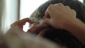Broche de la creación del peluquero al pelo del ` s de la mujer almacen de metraje de vídeo
