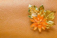 Broche de la flor en el fondo de Brown Fotografía de archivo