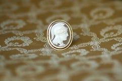 Broche de oro antigua del camafeo con los diamantes Imagen de archivo