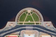 Broche de Vasilyevsky Island St Petersburg Fleuve de Neva Vue d'?t? de P?tersbourg Silhouette d'homme se recroquevillant d'affair images libres de droits