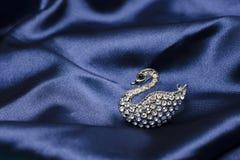 Broche del cisne en la seda fotos de archivo
