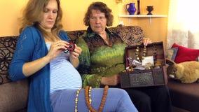 Broche del cuero del perno de la mujer embarazada del joyero de las abuelas almacen de metraje de vídeo