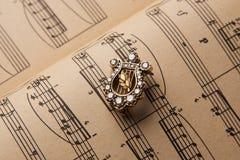 Broche do diamante na forma da harpa Imagem de Stock