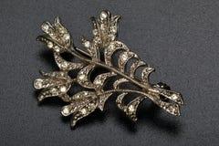 Broche en la forma de la planta de oro con los diamantes Bijouterie Fotografía de archivo