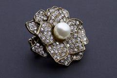 Broche encrustada diamante con la pieza central de la perla Imagen de archivo libre de regalías