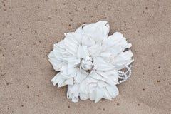 Broche hecha a mano del cuero del color de la flor Fotos de archivo libres de regalías