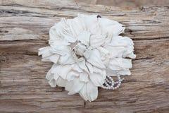Broche hecha a mano del cuero del color de la flor Imagenes de archivo