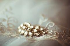 Broche, horquilla con las piedras para las novias con el cordón blanco, complementos, casandose decoraciones, mañana de la novia Imagen de archivo libre de regalías