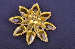 Broche jaune de fleur photographie stock libre de droits