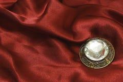 Broche met zircon op rode zijde Royalty-vrije Stock Foto