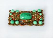 Broche rectangulaire historique avec les pierres vertes Photographie stock libre de droits