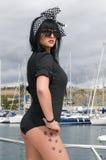 Broche sexy vers le haut de femme près de la mer Photographie stock libre de droits