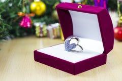Broche sob a árvore dos christmass Imagens de Stock Royalty Free