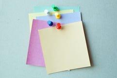 Broches avec le papier de note Photographie stock