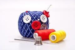Broches dans la bille de laines avec des boutons Image stock