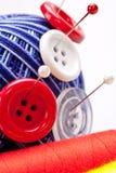 Broches dans la bille de laines avec des boutons Photos stock
