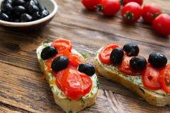 Brochet végétarien sain naturel d'Italien de nourriture d'olives de tomates Photos stock