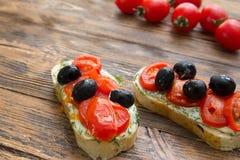 Brochet végétarien sain naturel d'Italien de nourriture d'olives de tomates Images stock