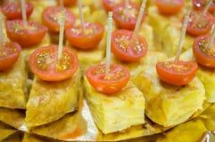 Brochette d'omelette de pommes de terre avec la tomate-cerise Image libre de droits