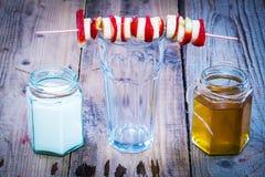 Brochette de banane et de fraise sur le verre vide Photographie stock