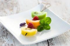 Brochette de fruit sur un plateau blanc Image stock