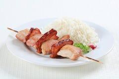Brochette de porc avec du riz images libres de droits