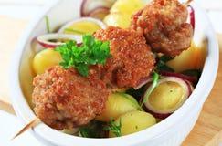 Brochette et pommes de terre de boulette de viande Images stock