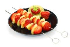 Brochettes avec les fraises et l'ananas Photo stock