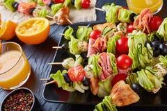 Brochettes avec les légumes, la viande et le fromage images libres de droits